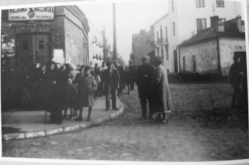 Żbików. Pierwszy dzień wojny w Pruszkowie, ul. 3 maja, zdjęcie zrobili Niemcy, jadąc w stronę Warszawy na swoich dwuosobowych motorach (z koszem po boku).
