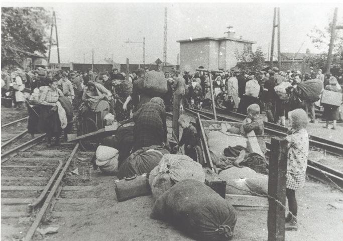 Uchodźcy po przybyciu do obozu przejściowego Dulag 121